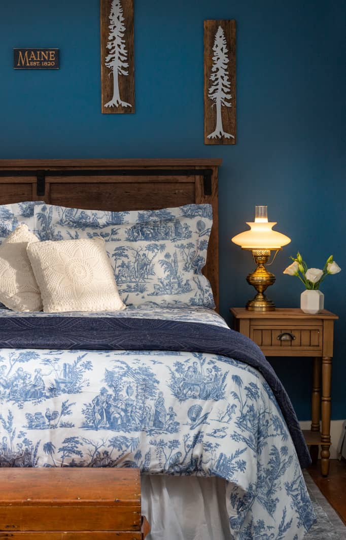 Bed with Luxurious linens at our bed and breakfast near Freeport